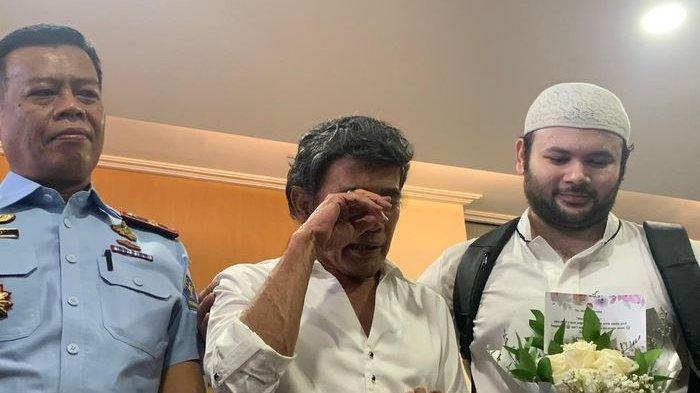 Keluar Penjara, Ridho Rhoma Genggam Seikat Bunga, Rhoma Irama Jemput sang Anak dari Rutan Salemba