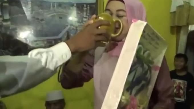 Sampai Dituduh Cari Sensasi Pengantin di NTB Menikah dengan Mas Kawin Sandal Jepit & Air Viral
